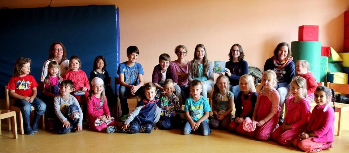 Sieger des Vorlesewettbewerbs des BGL aus der sechsten Klasse lesen den Kindern des Kindergartens Kindertraum am Vogelberg vor