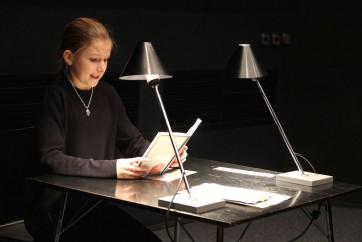 Eine Wettbewerberin liest